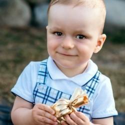 uśmiech rocznego dziecka na zdjęciu