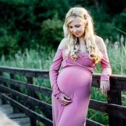 Kobieta w ciąży w różowej sukience