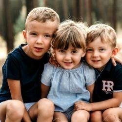 Fotografia trojga dzieci w leśnym krajobrazie