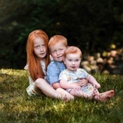 rude dziecki na sesji zdjęciowej