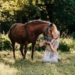 zdjęcia dziewczynki z koniem