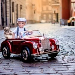 małe auto dla dziecka na sesji zdjęciowej