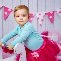 mała dziewczynka na zdjęciu