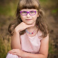 dziecko w okularach na zdjęciach