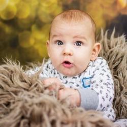 zaciekawienie niemowlaka na sesji zdjęciowej