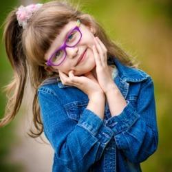 slodki uśmiech dziewczyki na zdjęciu