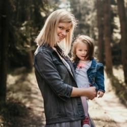 mama trzyma córkę na rękach