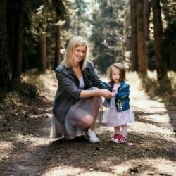 mama i córka pozuje do zdjęć